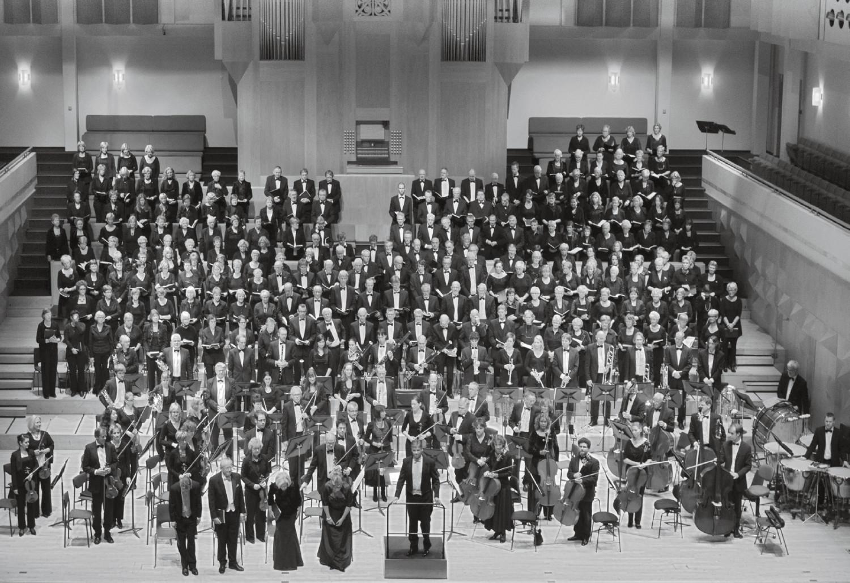 De koren ECOK, Sursum Corda en het Euregio Konzertgesellschaft Stadtlohn met solisten en het Orkest van het Oosten tijdens de uitvoering van het Requiem van Verdi in het Muziekcentrum in Enschede op 14 oktober 2011 onder leiding van dirigent Eric Kotterink.